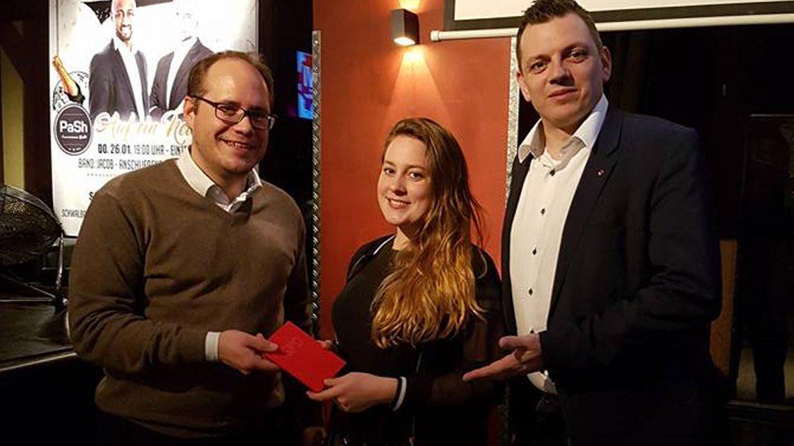 Der SPD Vorsitzende DennisVolk-Borowski und Bundestagsabgeordneter Simon Rottloff begrüßen Lea-Marie Fessner als 2.000 Mitglied der SPD Wiesbaden. Foto: SPD