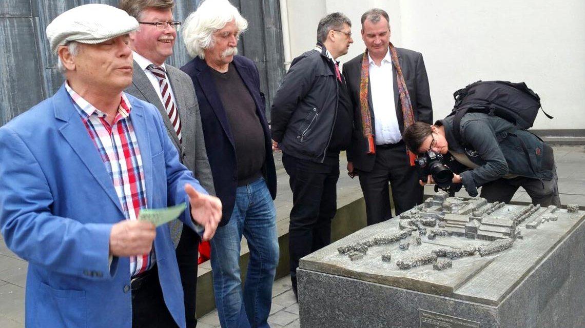 Einweihung des zweiten Wiesbadener Tastmodel mit Areno Goßmann und Uwe Eric Laufenberg. (2. und 5. v.l.)