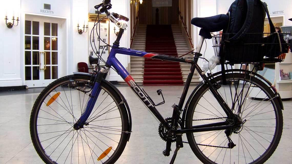 Fahrrad im Foyer des Hessischen Staatsatheaters. Bild. Anonym