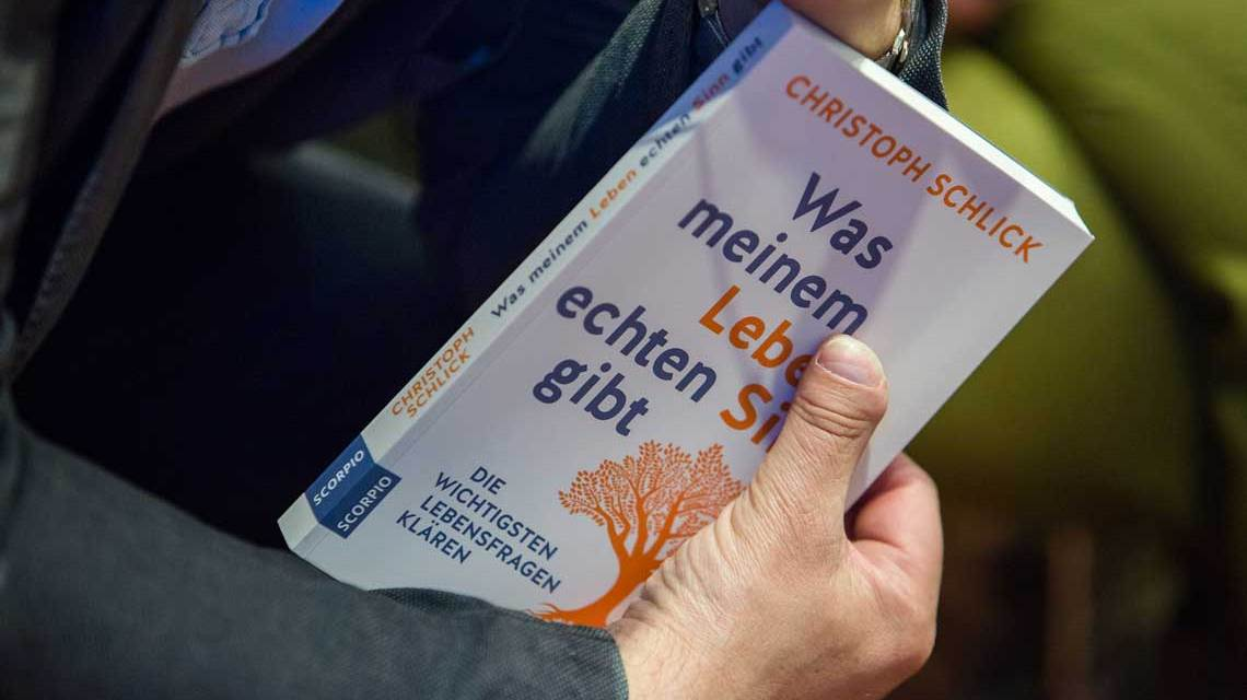 Wie kann man in seinem Leben Sinn finden? Die Antworten auf die Fragen nach dem Sinn gibt einer, der schon viel erlebt und genau zu diesem Themenkreis sein Buch geschrieben hat. Bild: Hofer