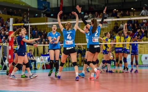 Mit 3:2 gewinnen die Damen des VC Wiesbaden am 15. Februar das Heimspiel gegen den SSC aus Mecklenburg-Vorpommern. Bild: Volker Watschounek