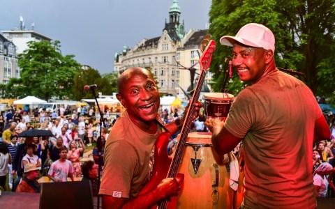 Los 4 del Son geben das Abschlusskonzert beim Kranzplatzfest. Die Musik begeistert, der Regen ist egal. Bild: Volker Watschounek