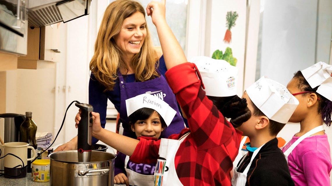 Sarah Wiener kocht mit Kindern bei der regionalen Auftaktveranstaltung für Ich kann Kochen