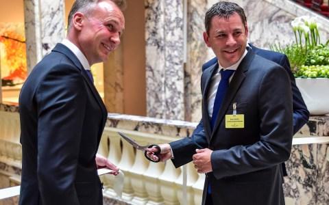 Oberbürgermeister Sven Gerich schneidet symbolisch das Band zur neuen Sekmanufaktur durch. Bild: Volker Watschounek