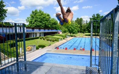 In Schwimmbädern, nicht jedermans Sache, der Sprung vom Zehnmeterturm ins kühle Nass. Bild: Volker Watschounek