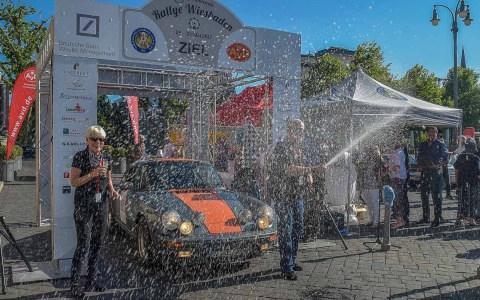 Wie im vergangenem Jahr gewinnt das iBH-Team auch in diesem Jahr die Wiesbadenen Rallye. Detlev und Heidy Loeff-Brauweiler bei der Sektdusche. Bild: Volker Watschounek