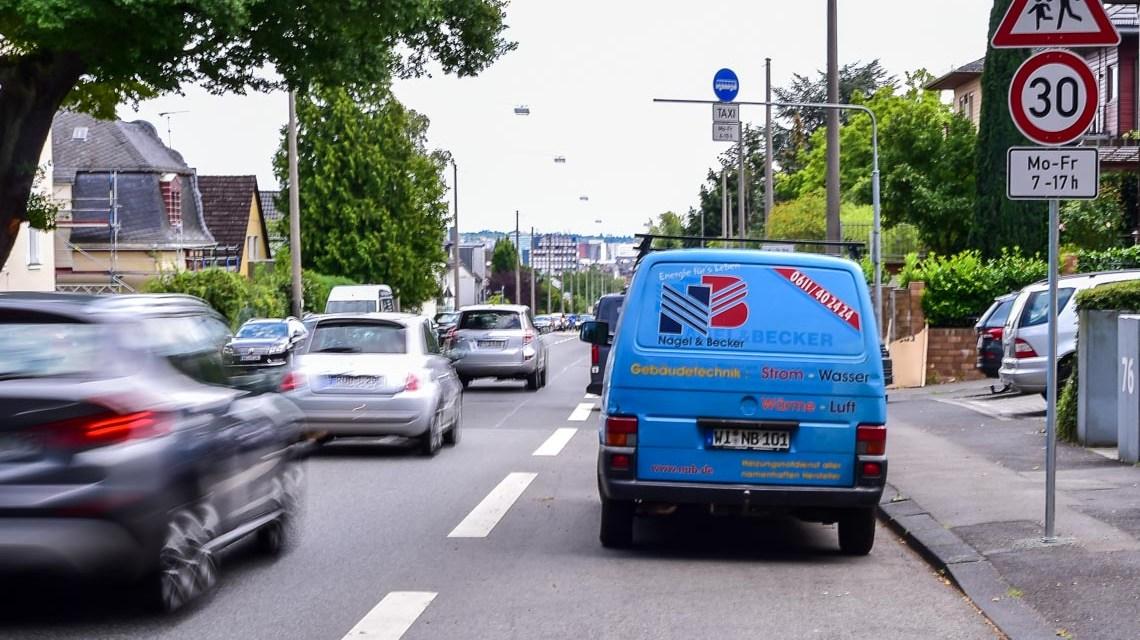 30 er Zone an der Aarstraße, unkittelbar vor dem Kindergarten (links) stadteinwärts Foto: Volker Watschounek