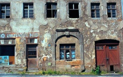 Das Bild entstand 1994 und zeigt HO, ein Lebensmittelgeschäft in Görliztz. Bild: Christopher Bulle / CC-BY / Flickr