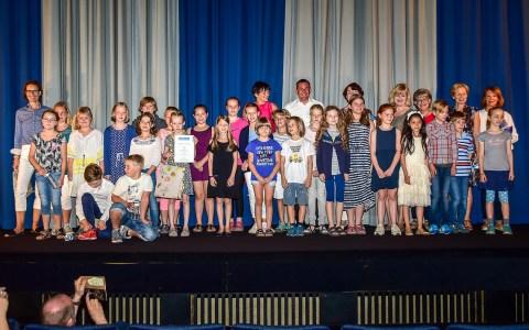 """Die Gewinner des Wiesbadener Märchenpreis 2017 auf der Bühne des Lichtspielhaus """"Arkaden"""" bei der Preisverleihung. Bild: Volker Watschounek"""