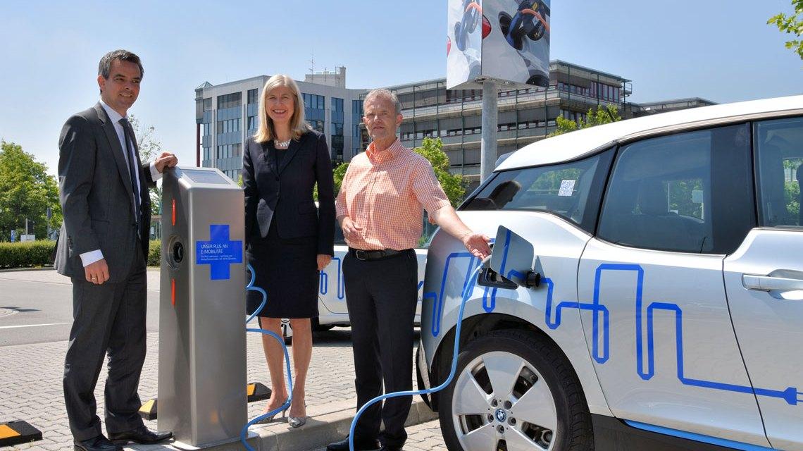 R+V-Personalvorstand Julia Merkel, der Wiesbadener Betriebsratsvorsitzende Ralf Feierabend (r.) und der R+V-Nachhaltigkeitsbeauftragte Dr. Ralph Glodek bei der Inbetriebnahme der Ladesäulen. Bild: R + V