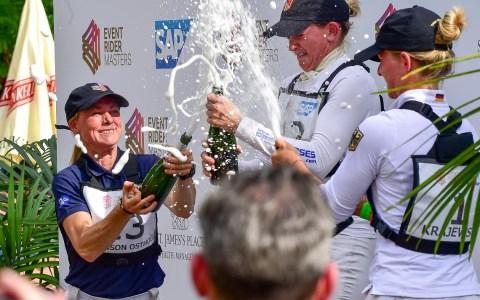 Sara Algotsson Ostholts, Sarah Cohen, Julia Krajewski bei der Champagner Dusche. Bild: Volker Watschounek