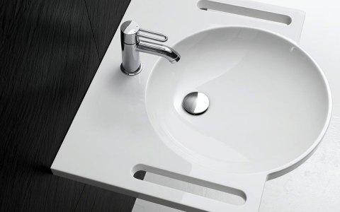 Barrierefreier unterfahrbarer Waschtisch für die alternative Nutzung im Sitzen. Bild: HEWI Heinrich Wilke