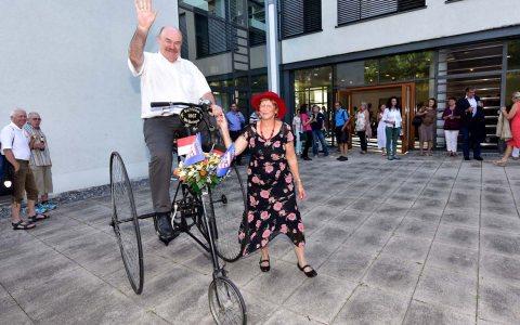 Kammerpräsident Klaus Repp auf einem historischen Fahrrad. Bild: Handwerkskammer