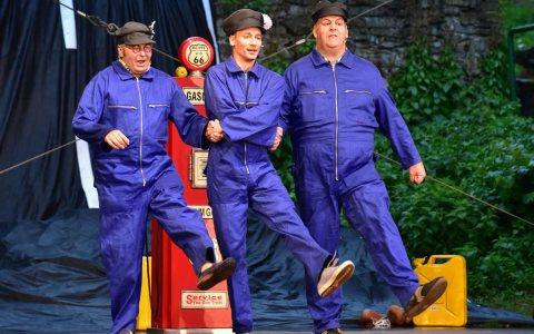 """""""Die drei von der Tankstelle"""" - Sommerfestspiele Wiesbaden 2017 - Willy (Sebastian W. Wagner, mitte), Kurt (Patrick Twinem, rechts) und Hans (Horst Krebs, links) singen ein Lied auf die Freundschaft. -- Bild: Joachim Sobek"""