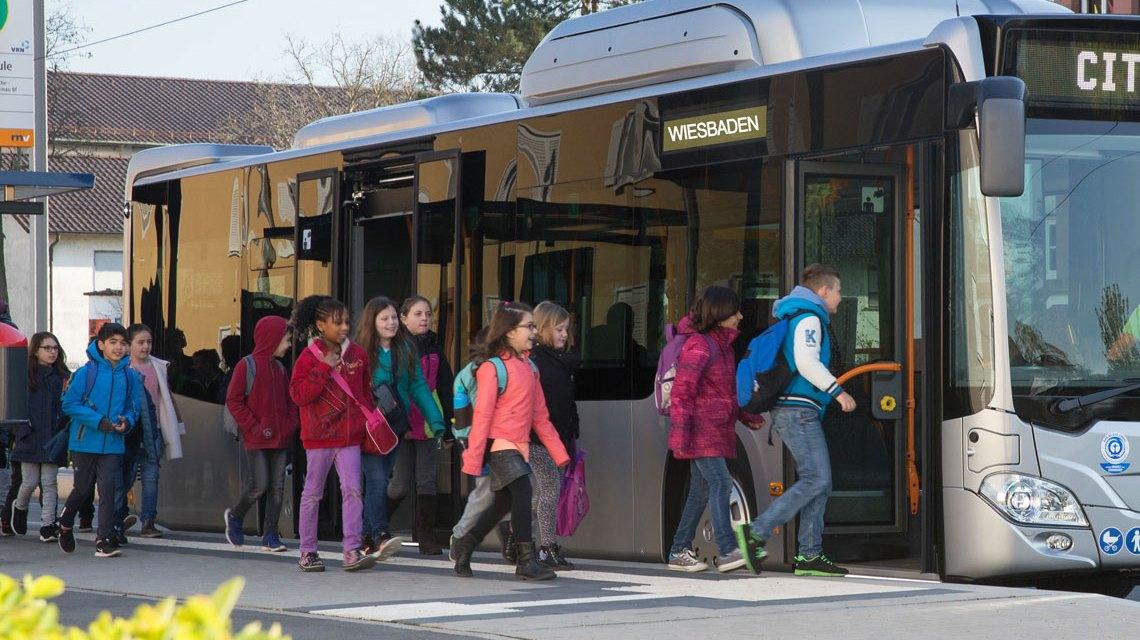 Sybolfoto: Keine Stolperfalle. Kinder steigen in einen Bus ein. Bild: Mercedes Benz