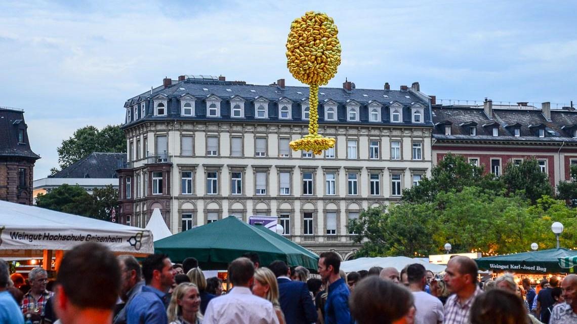 """Nach sonnigen Tage wurde es zum Wochenende etwas trüber. Die Besucher hat dies nicht abgehalten: """"Ein zwei Tage sind immer etwas verregneter bei der Rheingauer Weinwoche."""" Bild: Volker Watschounek"""