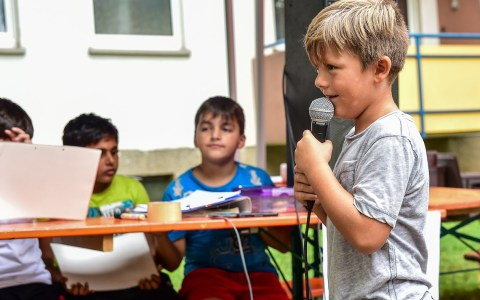 Schöne Ferien im Bergkirchenviertel - Wasserspiele, Stockbrot grillen, in der Hüpfburg toben ... Archivbild: Volker Watschounek