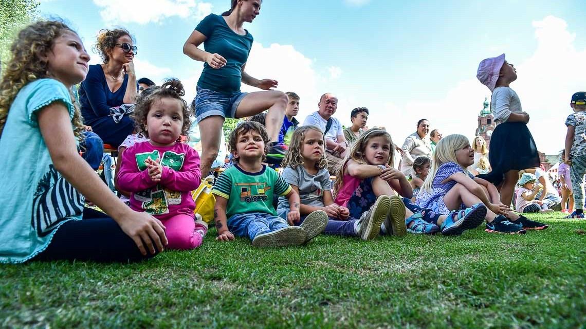 Sommerwiese 2017: Herbert Cartus wartet mit den Kindern an der Bühne auf Sozialdezernent Christoph Manjura. Bild: Volker Watschounek