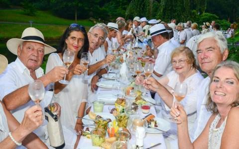 Wiesbadener treffen sich zum Diner en Blanc im Nerotal. Bild: Volker Watschounek