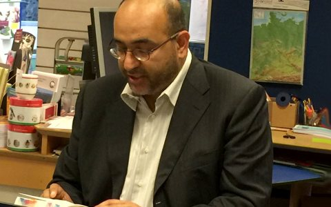 Omid Nouripour liest. Bild: Die Grünen