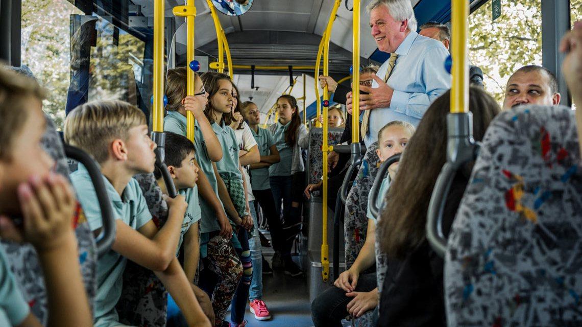 Ministerpräsident Volker Bouffier in der Busschule in Neu Anspach. Bild: Staatskanzlei