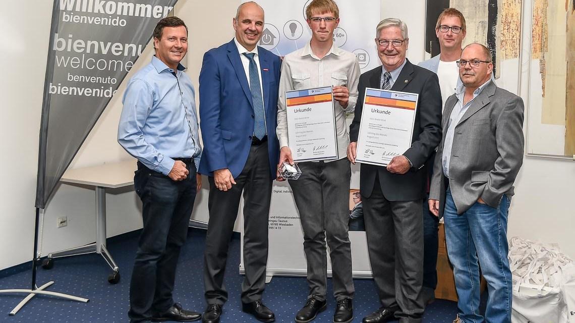 Der Wiesbadener And´re Link wird im Meistersaal der Handwerkskammer zum Lehrling des Monats ausgezeichnet. Bild: Volker Watschounek