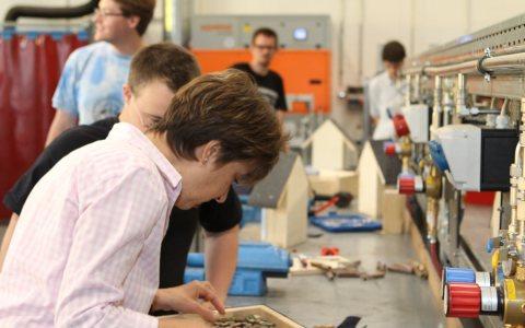 Projektarbeit: Menschen mit Behinderung bauen zusammen mit Beschäftigten der ENTEGA Insektenhotels. Bild: Entega