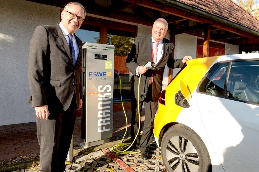 Bei der Eröffnung der neuen Ladesäulen: ESWE-Vorstandsvorsitzender Ralf Schodlok (l.) und FRANKS-Geschäftsführer Mario Zaleski Bild: Paul Müller