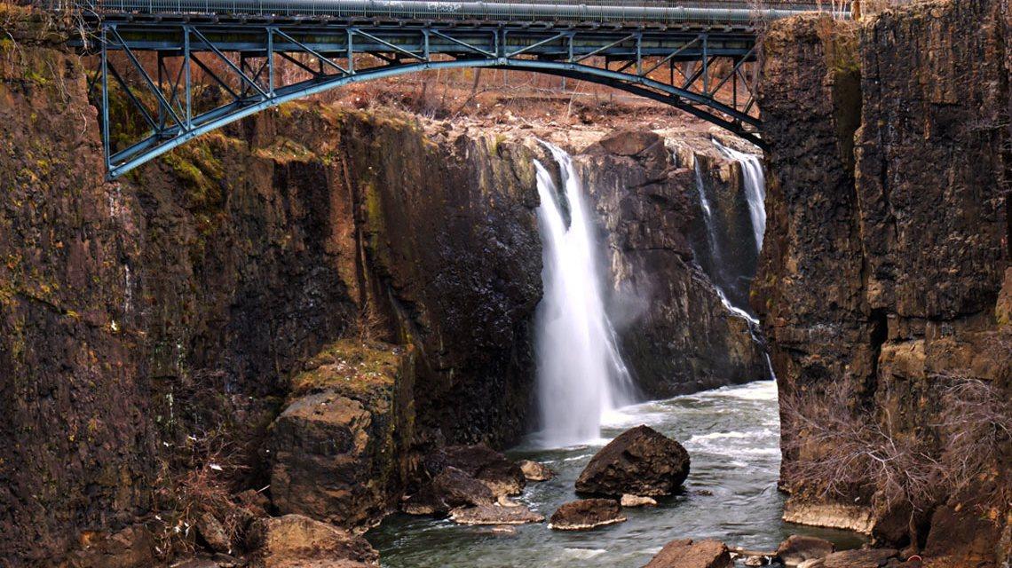 Patersons täglicher Ort für seine Mittagspause an den Wasserfällen des Passaic River. ©2017 Von Johniskew - Eigenes Werk, CC BY-SA 3.0