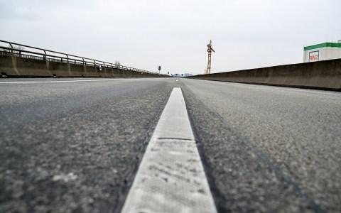 Blick über die leere A643 auf den aus Mainz kommenden Verkehr. @2015 Volker Watschounek