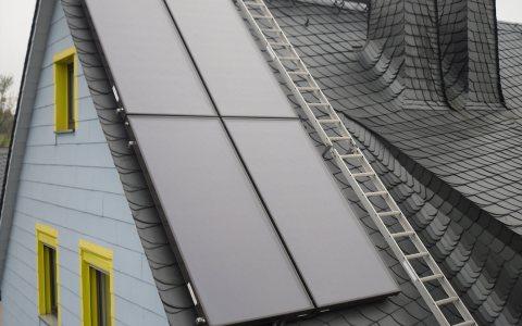 Vier Kollektoren auf einem Hausdach Bild: Dirk Egelkraut / Wikipedia / CC-BY-SA 3.0