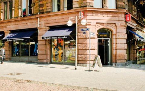 Tourist Information Wiesbaden vom Dern'schen Gelände her betrachtet. ©2017 Wiesbaden Marketing GmbH