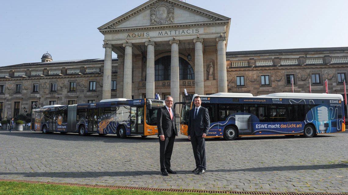"""Ralf Schodlok (l.), Vorstandsvorsitzender der ESWE Versorgungs AG, und Jörg Gerhard, Geschäftsführer der ESWE Verkehrs GmbH, vor den """"Energie""""-Bussen ©2018 Paul Müller"""
