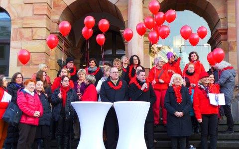 On Billion Rising Day 2017, Wiesbadens Oberbürgermeister spricht zu den Teilnehmern. ©2018 Veranstalter