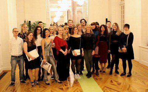 Rund 25 Absolventinnen und Absolventen erhielten gestern im Schloss Biebrich ihre Bachelorurkunden. ©2018 Hoschulkommunikation