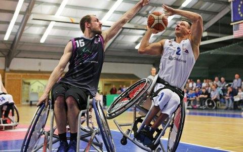 André Hopp (links) im Zweikampf mit dem U.S.-Boy und Paralympicssieger Jake Williams ©2018 Michael Helbing