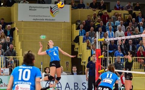 Frauen Volleyball Bundesliga | 20. Spieltag | VC Wiesbaden - Ladies in Black Aachen | 3:2 – Mit dem 3:2 Sieg in der eigenen Halle sichern sich Wiesbadens Volleyballerinnen den günstigeren vierten Platz für die Playoffs, die nächsten Samstag beginnen. Wiesbaden empfängt dann: Aachen. ©2018 Volker Watschounek
