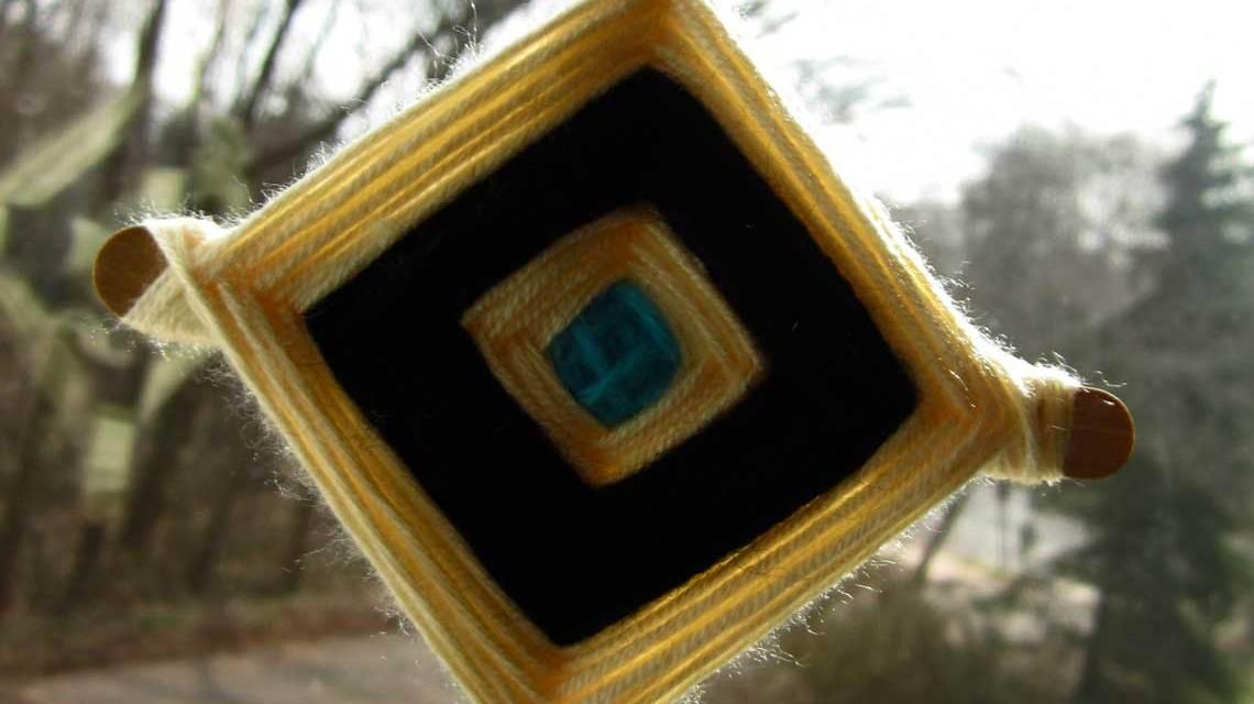 Kretivwertstatt: Ojo de Dios, heute finden sie Verwendung als Dekorationsstücke und als religiöse Gegenstände. ©2018 Cali4beach / Flickr / bearbeitet