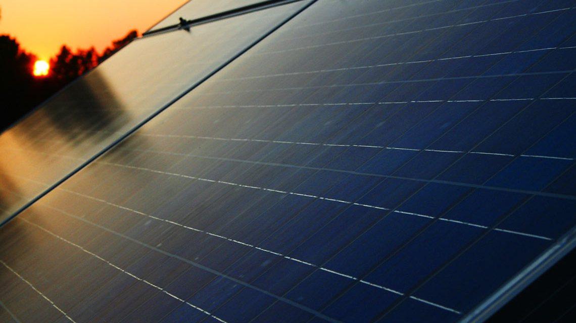 Bern Sieker ist überzeugt. Die neuen Solar Zellen auf seinem Dach werden sich in fünf Jahren bzahlt machen. ©2018 Brn Sicker / Flickr / CC BY-SA 2.0