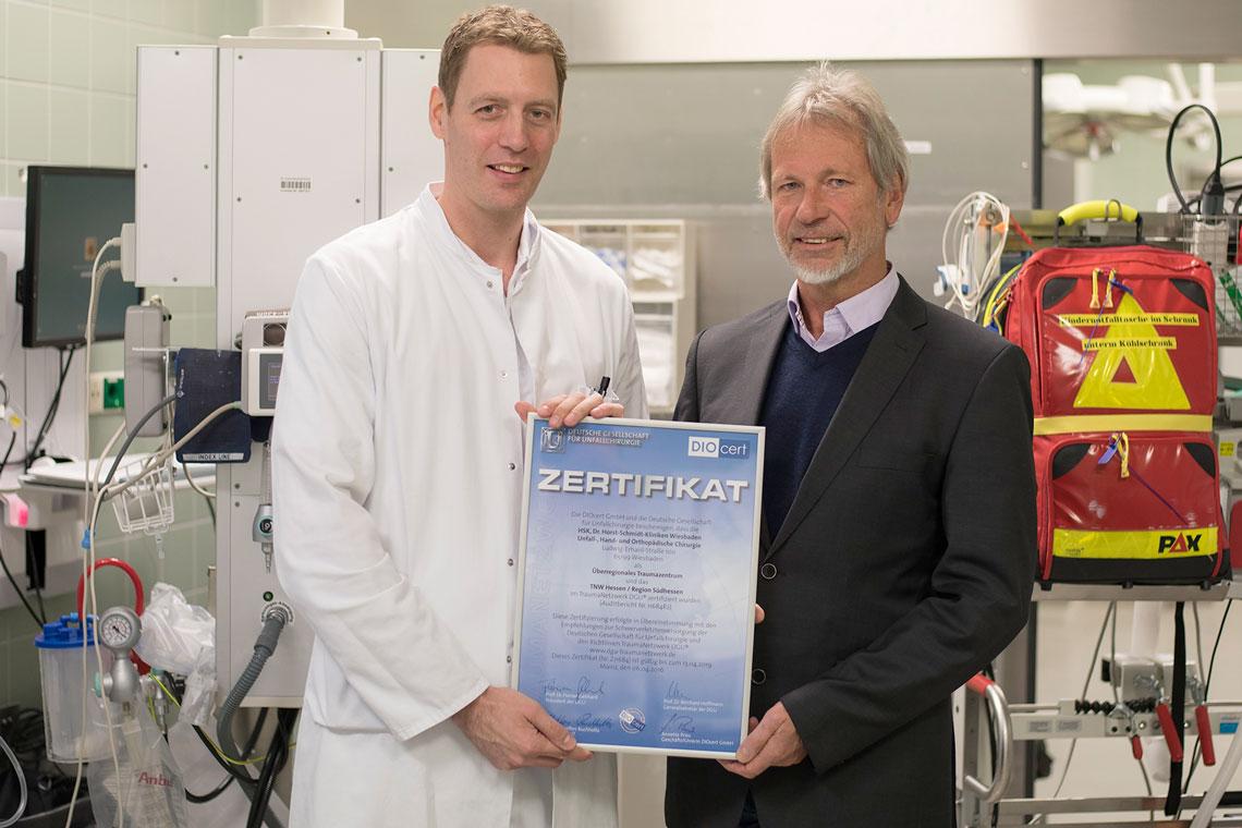 Nach 22 Jahren als Chefarzt an den Helios HSK übergibt Prof. Wenda den Staffelstab an Prof. Dr. Sebastian Wutzler (40), der seit 1. Januar 2018 neuer Direktor der Klinik ist.