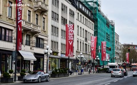 Die Innenstadt ist geflaggt. Am 18. April beginnt in Wiesbaden das Filmfestival goEast. ©2018 Volker Watschounek