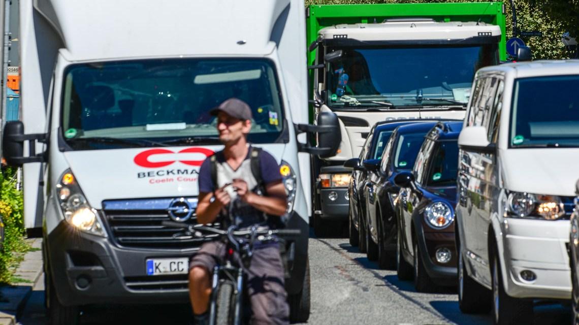Diesel-Fahrverbote: LKWs dürfen weiter durch Wiesbaden fahren und mit im Stau stehen. ©2018 Volker Watschounek