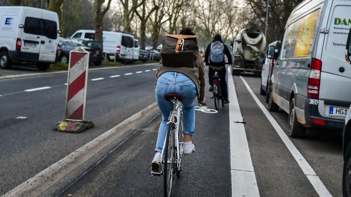 Die Radfahrer auf der Friedrich-Ebert-Allee haben jetzt ihre eigene Spur. Wenn keine Großveranstaltungen sind! SPD-Parteitag.