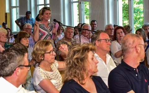 Info-Veranstaltung des Ortsbeirat Schierstein. Christel Francke, Lehrerin der Hafenschule, stellt klar... Foto: Volker Watschounek
