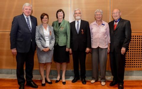 Ordensverleihung –von li. Ministerpräsident Volker Bouffier, Helga Furnari, Dr. Sibylle Starzacher, Karl-Heinz Funck, Rosemarie Schmidt und Rolf Lutz
