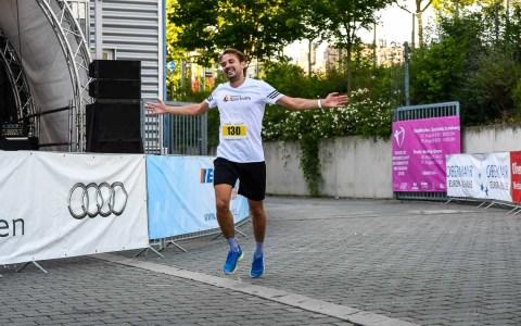 1. Energy Midnightsummer Run Wiesbaden, rund 200 Teilnehmer gingen an den Start. Deutlich unter 20 Minuten kamen die ersten ins Ziel. ©2018 Volker Watschounek
