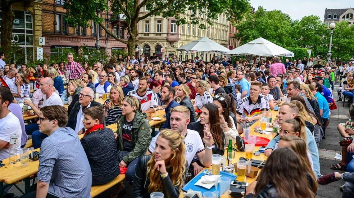 Seit Donnerstag läuft die Fußball WM. So richtig hat das Fiebner noch nicht um sich gegriffen. Ein Streifzug durch Wiesbadens Innenstadt. Auf dem Spielplan steht Deutschland gegen Mexico. ©Volker Watschounek
