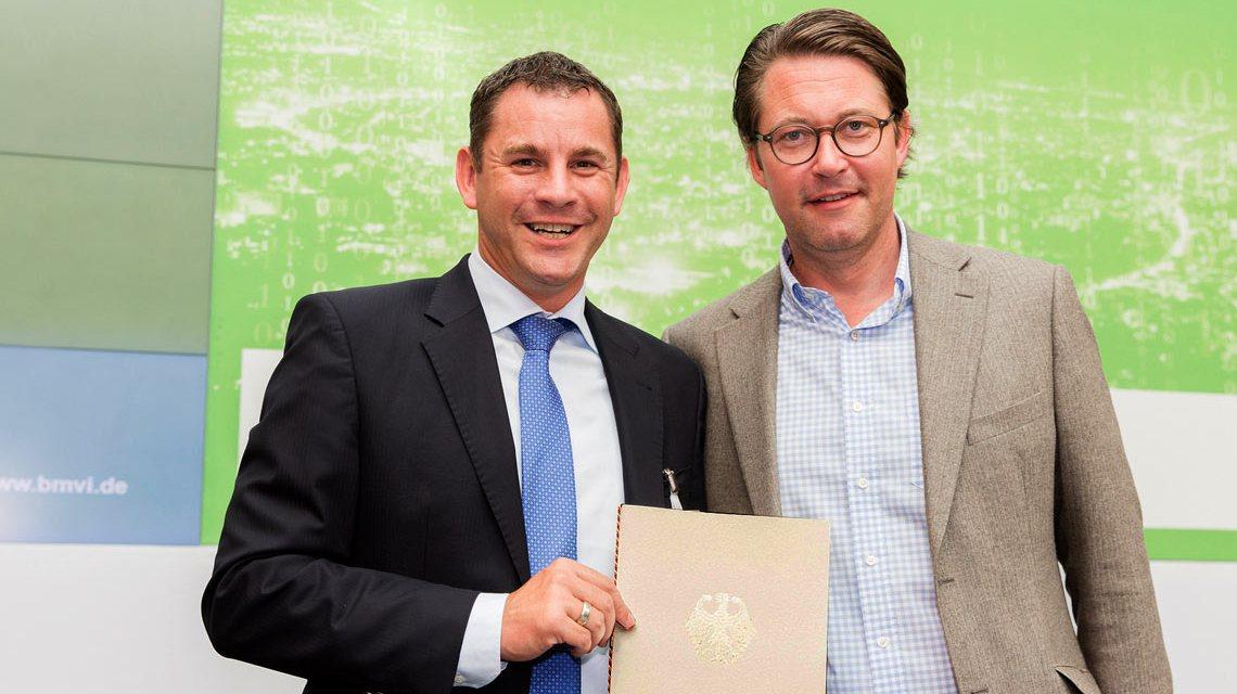 Wiesbadens Oberbürgermeister Sven Gerich erhält von Bundesminister Andreas Scheuer den Föderbescheid. ©2018