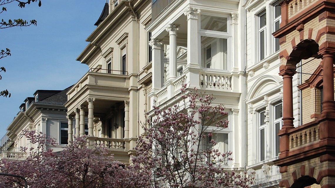 Noble Wohnhäuser in der Adolfsallee. ©2018 Rainer Niebergall