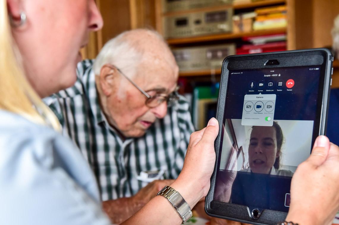 Televisite mit NäPa in Breckenheimer Praxis. NPA Sylvia Hackenspiel bei einem Patienten in Medenbach. Foto: Volker Watschounek